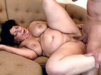 Huge mature babe getting pussy pounded on the couch